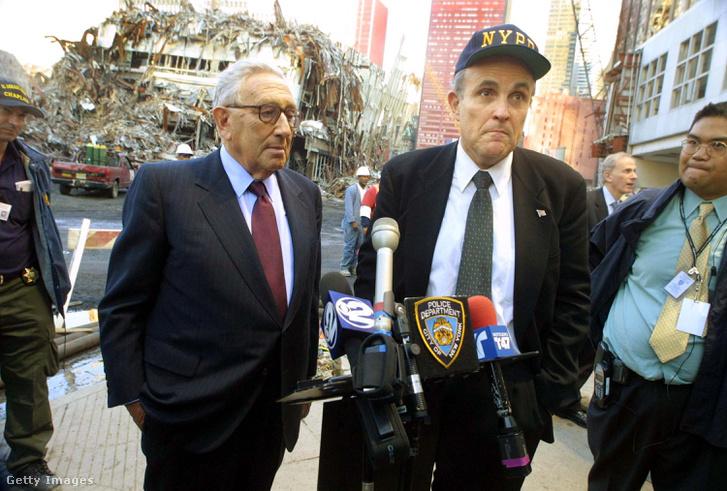 New York polgármestere Rudy Giuliani és Henry Kissinger volt külügyminiszter sajtótájékoztatót tart a Ground Zeronál, World Trade Center, 2001. október 2.