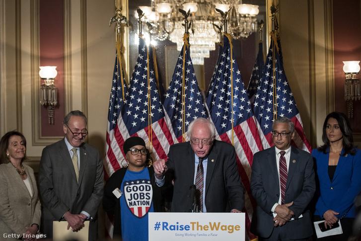 Bernie Sanders szenátor (középen) sajtótájékoztatót tart a 15 dolláros minimálbérről, Capitol Hill, Washington 2017. május 25.
