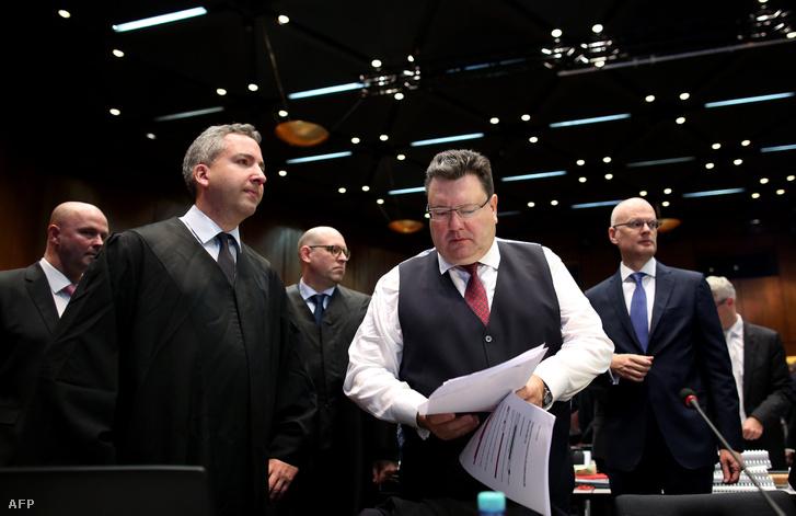 Andreas Tilp (jobbról a 2.) ügyész a németországi Volkswagen (VW) autógyártó elleni kártérítési per első napján Braunschweigenben 2018.09.10.-én