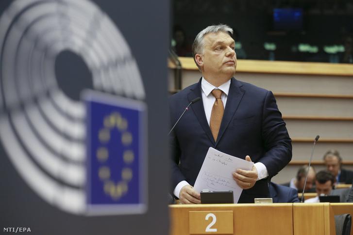 Orbán Viktor miniszterelnök felszólalásra vár az Európai Parlament (EP) plenáris ülésén Brüsszelben 2017. április 26-án.