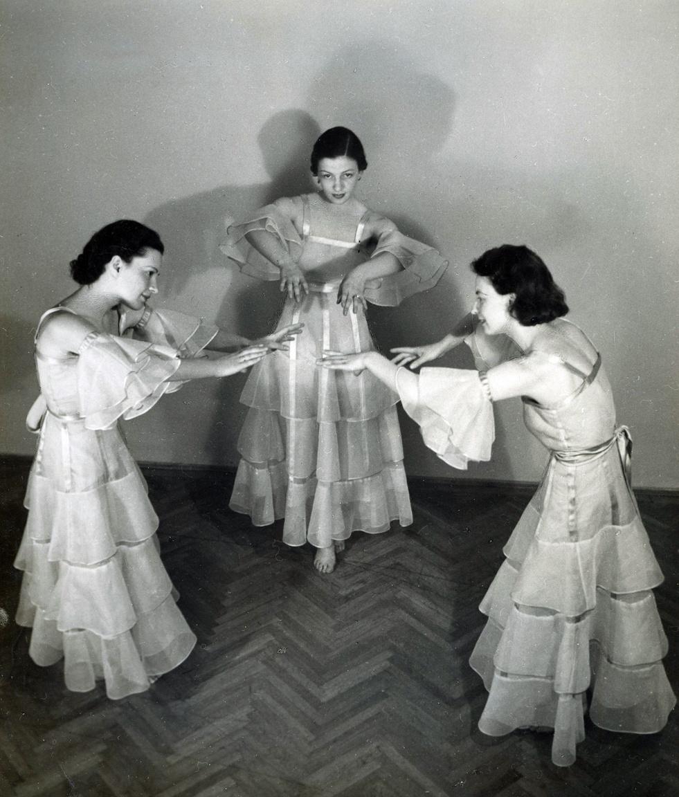 """Az egyik táncos talán a kor híres és Etit is tanító mozdulatművészeti tanára, Káldorné Ritter Mária (legalábbis a hátoldalon szereplő felirat ezt valószínűsíti). Eti saját mozgásművészeti iskoláját nem nyitotta újra, de szinte élete utolsó pillanatiág táncolt. A harmincas évek végén kezdődtek görcsös rángással, ájulással és emlékezetkihagyással járó rohamai. Agydaganat - diagnosztizálták végül az orvosok. Vas szerint """"inkább örült, hogy komoly baja van, és nem kell többé magában viselnie a hisztéria pecsétjét."""""""
