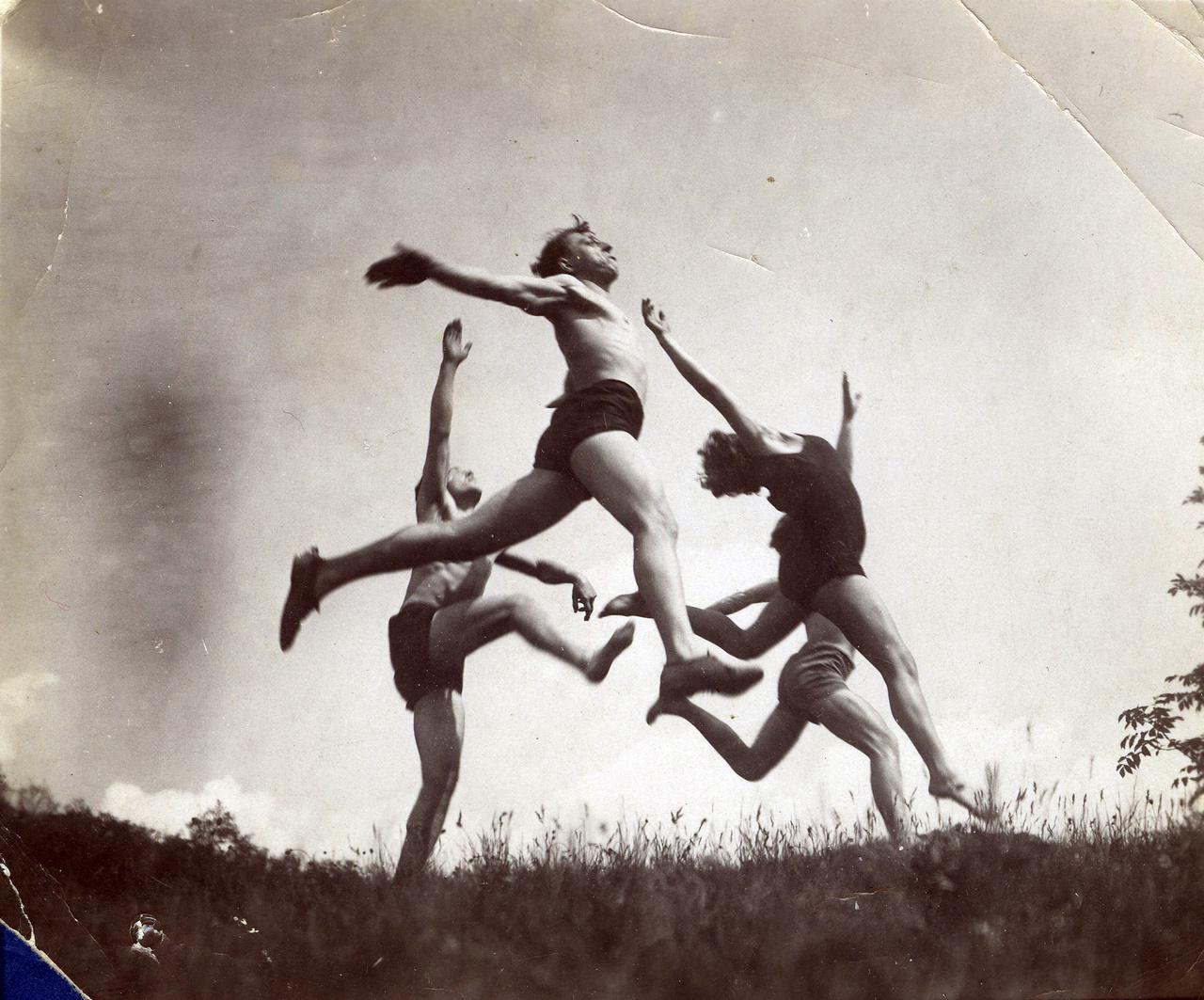 A Kassák-féle Munka-kör egyik kirándulásán készülhetett ez a fotó 1930-ban. A fiatal baloldali munkások és diákok számára szervezett csoportban szavaltak, színházat és folyóiratot csináltak. A fotóscsoport tagja volt a kép feltételezett készítője, Rákosi későbbi protokollfotósa, a szociófotósként induló Bass Tibor is.