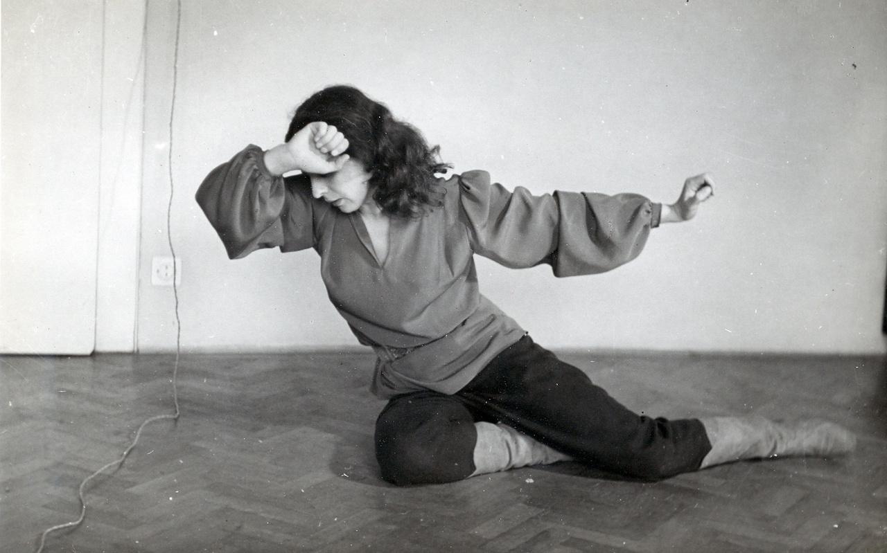 """Eti Kuruc dallamok című koreográfiájának egy mozdulata Lengyel Lajos fotóján. Elsőként táncolt Bartók és Kodály zenéjére. A bécsi mozgásművész guruhoz legelszántabb tanítványa volt  a húszas években. """"Magának mindene megvan, amit nem lehet megtanulni, és alig van valamije abból, amit meg kell tanulni""""– mondta neki a """"csúnya, de félelmetes színpadi varázsú"""" Gertrud Krauss."""