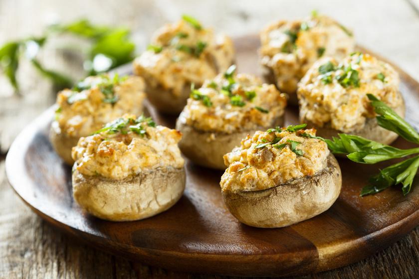 A túróval töltött gomba B-vitaminban és káliumban is gazdag vacsora lehet. Csak keverd össze a túrót sóval, tetszőleges fűszerekkel, töltsd a fejekbe, és süsd aranysárgára! Pici sajtot is reszelhetsz rá. Juhtúróval, kirántva is finom!