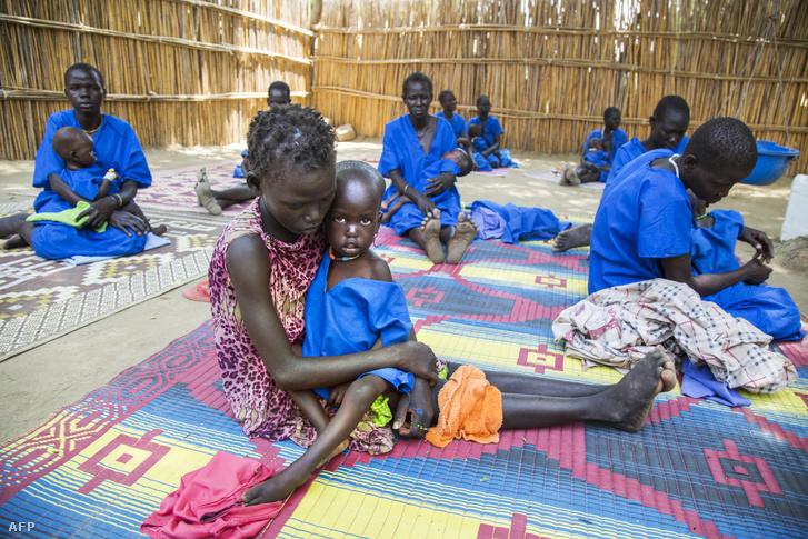 Anyák és alultáplált gyermekeik Szudánban
