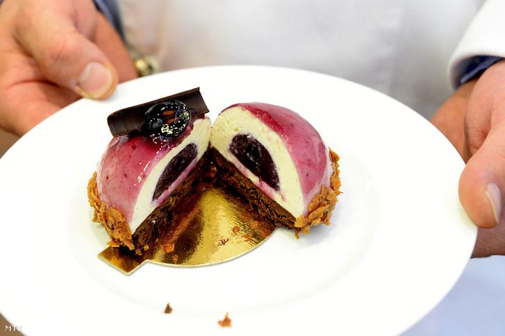 A Szamos a cukrászda szőlős, fehércsokis, mousse desszertje, a Budapest Desszertje 2018 verseny díjnyertese Budapesten, a Miele bemutatóteremben 2018. szeptember 11-én.