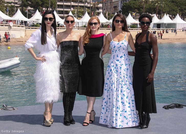 Fan Bingbing a készülő 355 című film főszereplőivel, Marion Cotillard-ral, Jessica Chastainnel, Penelope Cruzzal és Lupita Nyong'óval