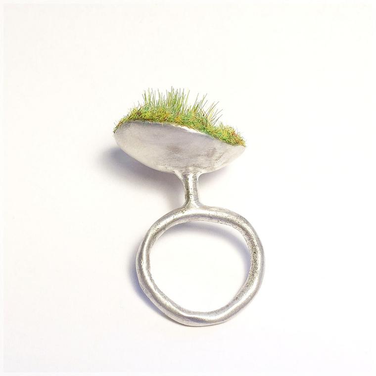 Dés-Kertész Dóra, a Dorades tervezője szerint az ékszer olyan interaktív tárgy, ami az anyag, az alkotó és a viselő hármasának találkozásából jön létre