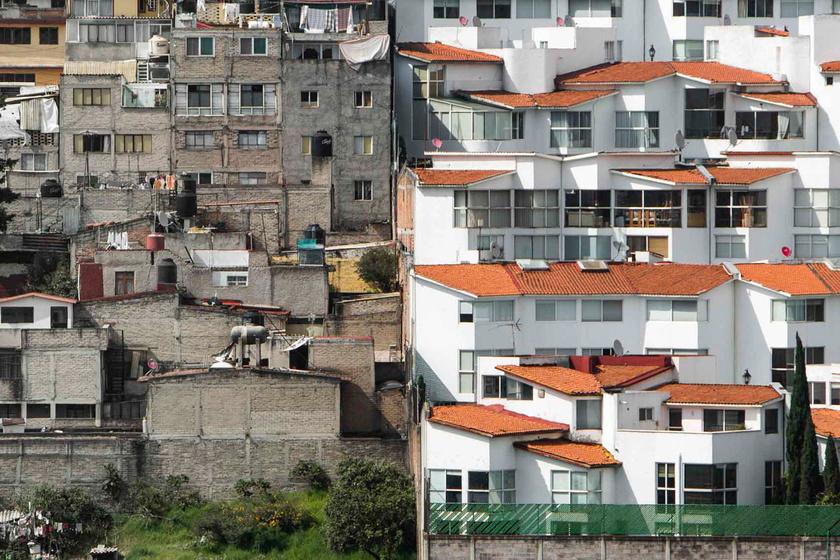 Pár méter választja el a nyomornegyedet a luxusvilláktól: döbbenetes a különbség