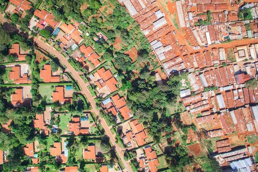 Nairobi, Kenya: az egyik oldalon házak tágas kerttel és medencével, az út másik oldalán zsúfolt nyomortelep.