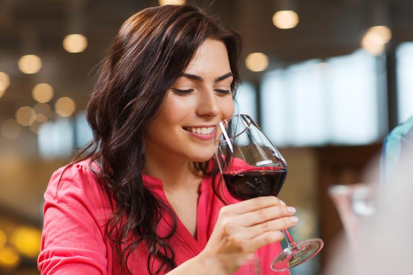Hogy kell inni a bort, hogy ne fájduljon meg tőle a fej? Nem csak a vízen múlik