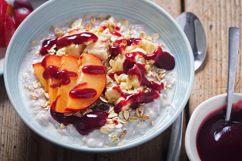 A szilvás zabkása energiadús és finom reggeli. A káliumban, A-, C- és K-vitaminban gazdag, emésztéssegítő hatású gyümölcsöt a legvégén keverd a tehéntejben vagy zabtejben főzött zabpehelybe!
