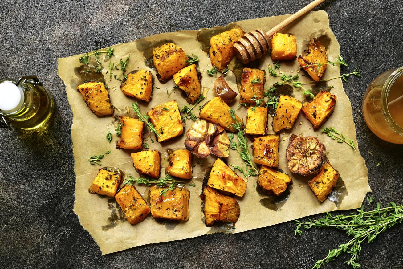 Tepsiben sült, mézes, fűszeres, sütőtökös falatok: így a legkönnyebb feldarabolni a tököt