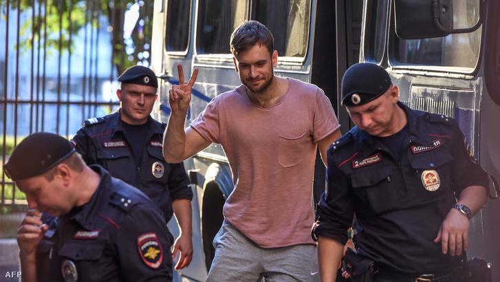 Pjotr Verzilovot őrizetbe veszik egy tüntetésen 2018. július 31-én.