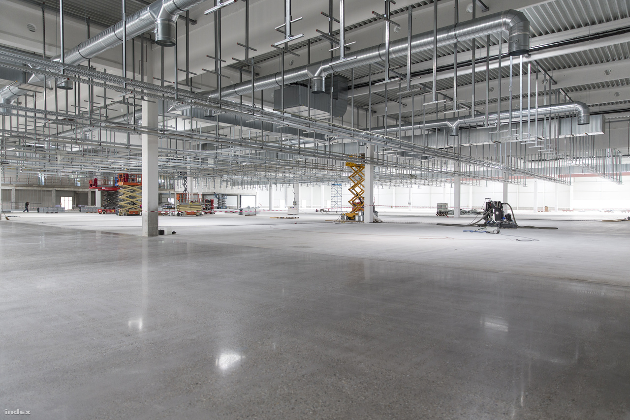 A VEAS Kft. – csakúgy, mint a cégcsoport – folyamatosan bővül, szinte teljesen készen van már az új, hatalmas csarnok, ahová további gyártósorokat telepítenek.