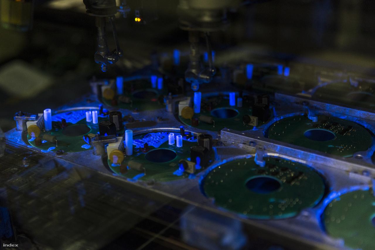 UV-reagens festékkel megjelölt elektronikai alkatrészek, a világító részek a megmunkálandó területek.