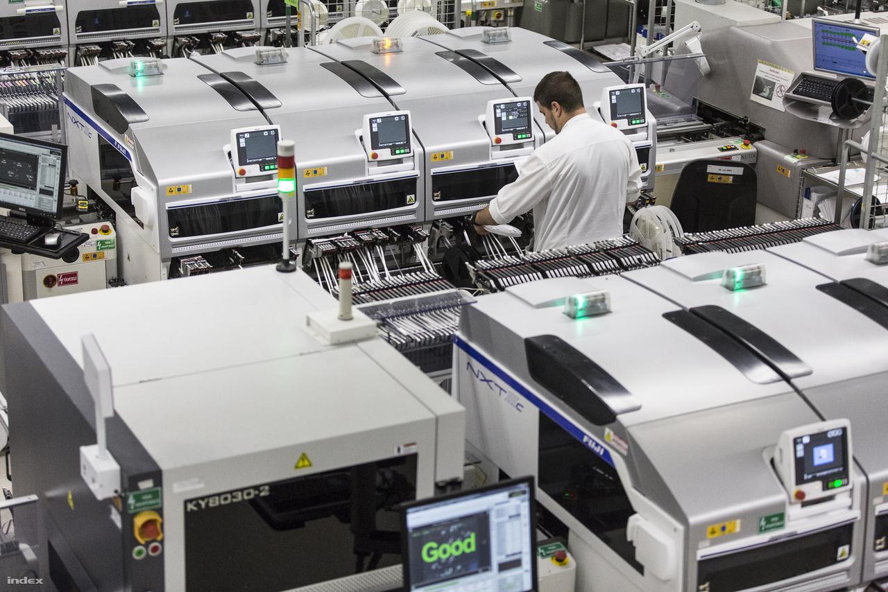 A VT Autóelektronika Kft. csarnoka az egyik legnagyobb, ahol korszerű összeszerelő gépsorok gyártják az autókba szánt elektronikai alkatrészeket.