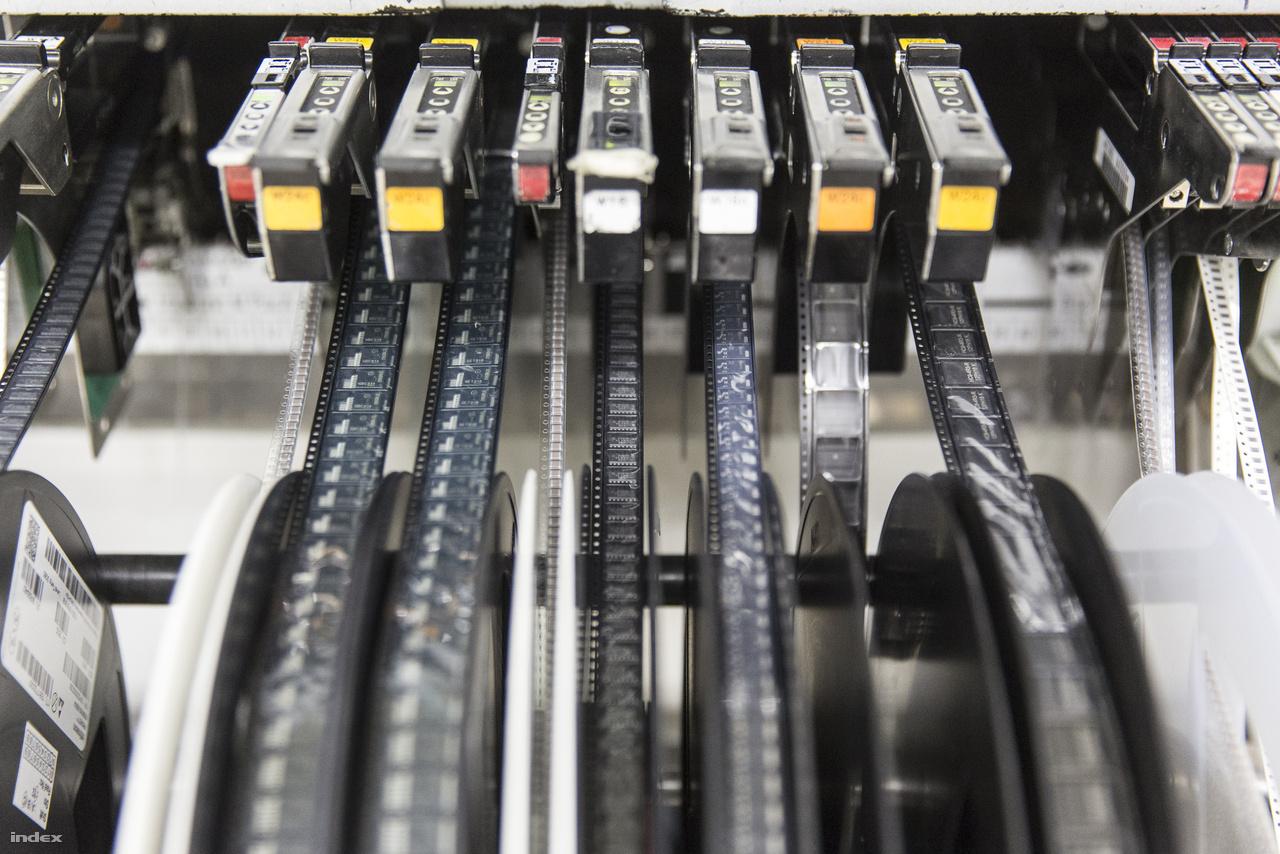 A különféle csipek, elektronikai alkatrészek jókora tekercseken érkeznek Ázsiából, az áramköri lapokra beültető gépeket ezekkel etetik.