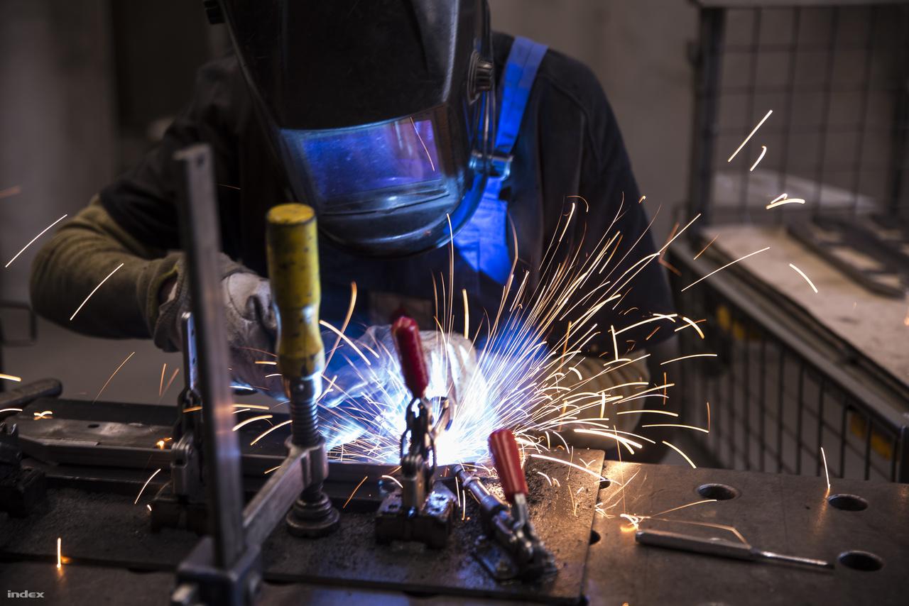 Bár robothegesztéssel is dolgoznak, az emberi munkaerő ezen a téren még mindig nélkülözhetetlen.