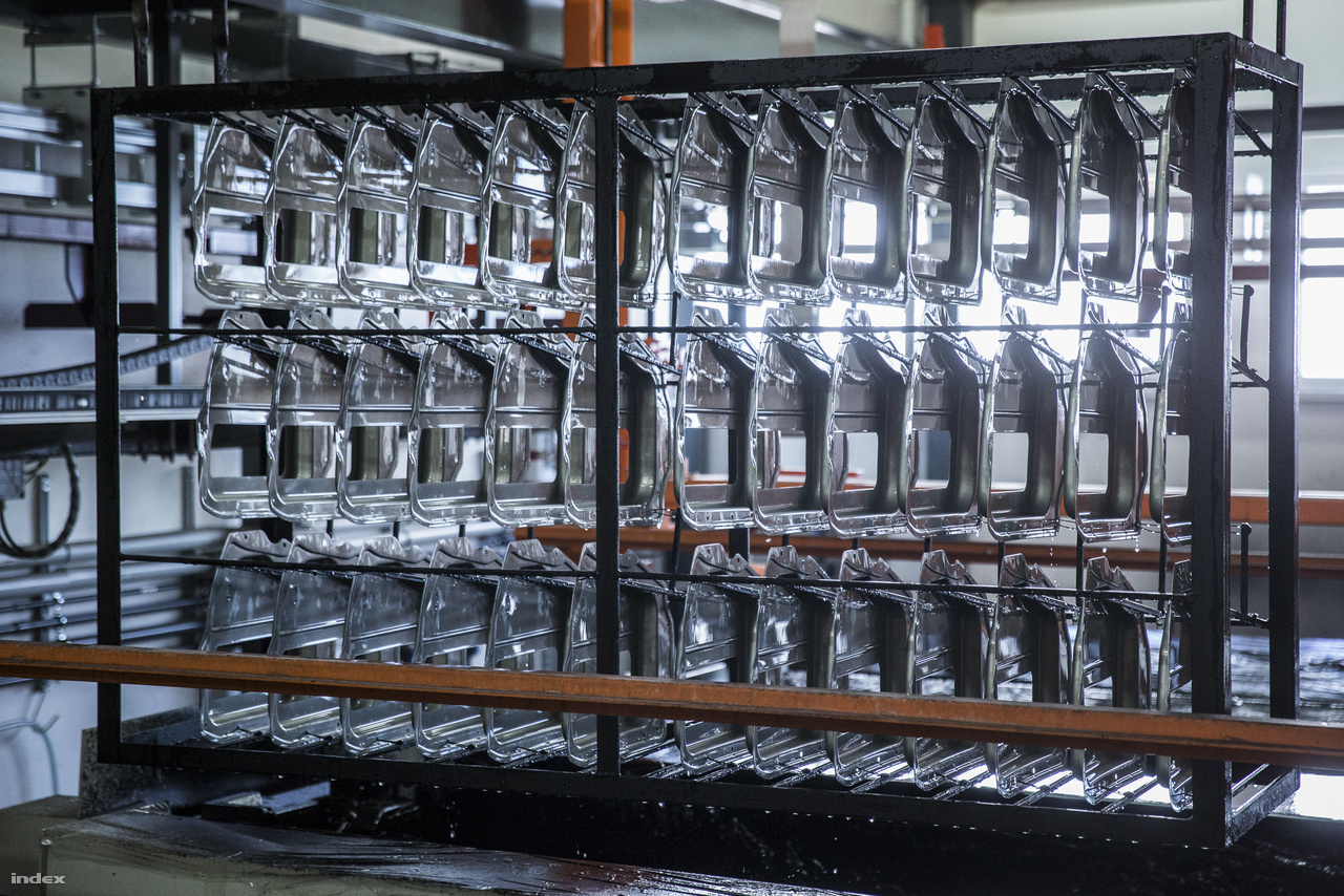 Így néznek ki a VT Metal Kft galvanizáló, nikkelező üzemében a fémbevonatot kapott, festésre váró alkatrészek.