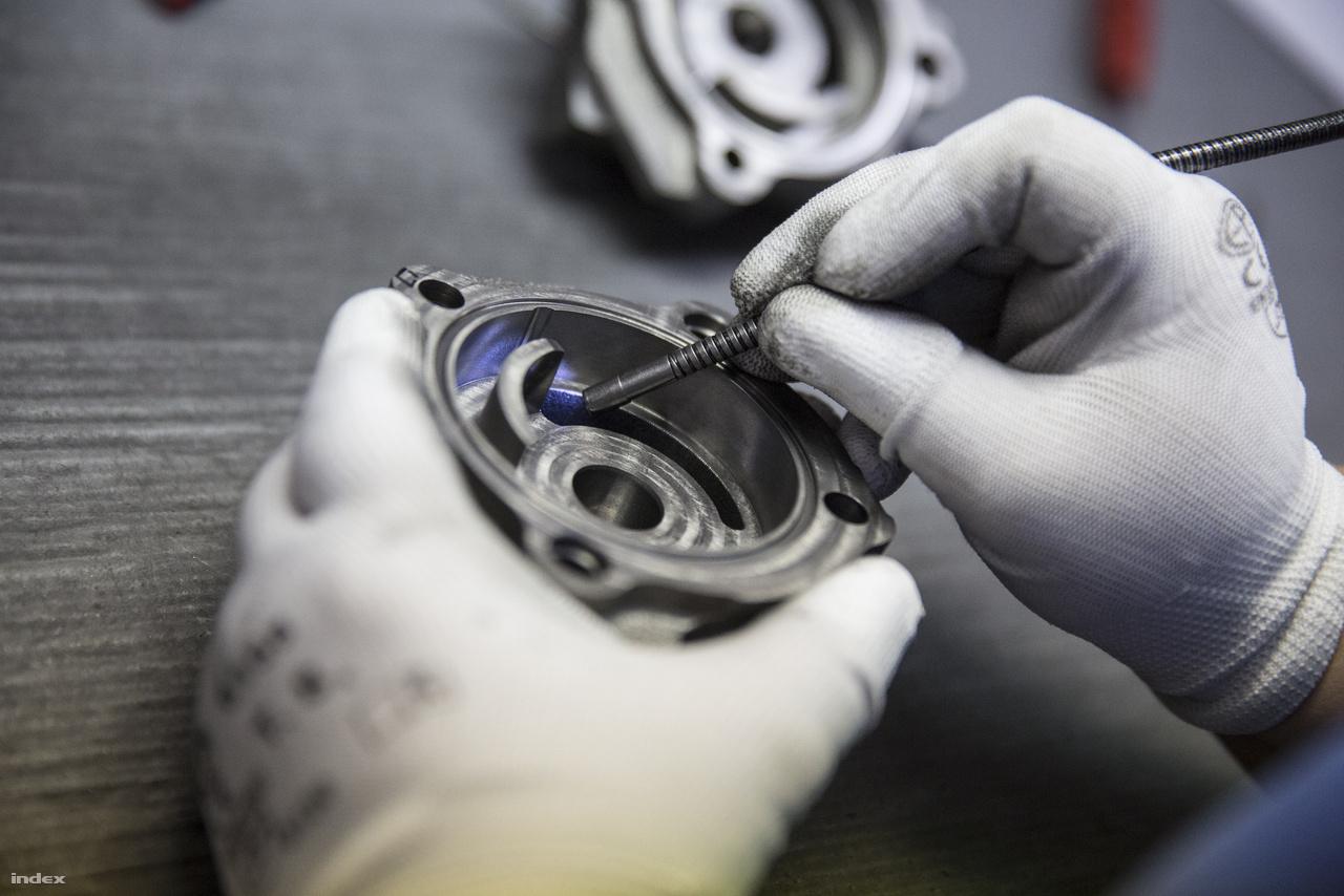 A kész alkatrészdarabokat egyesével, a nehezen látható helyekre digitális endoszkópot vezetve ellenőrzik, hogy nem maradt-e a furatokban, vájatokban meghibásodást okozó fém forgácsdarab.