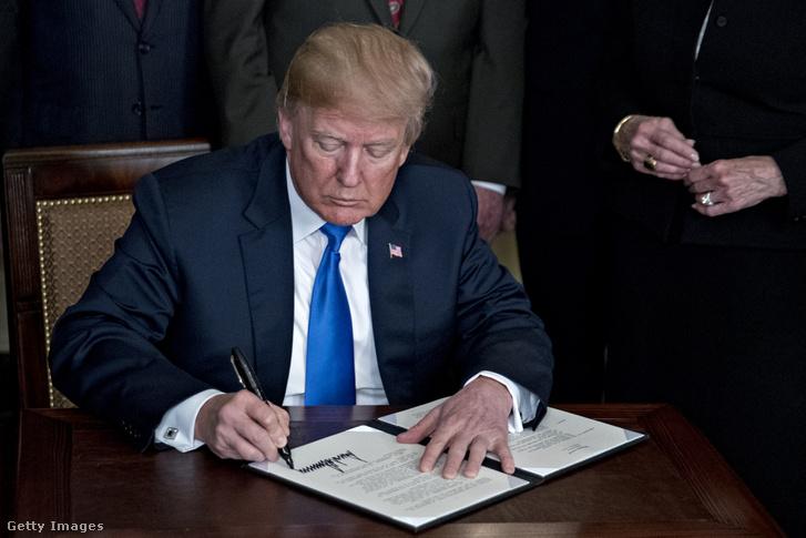 A Trump elnöki memorandumot írt alá a kínai gazdasági agressziót célozván 2018. március 22-én, Fehér Ház, Washington