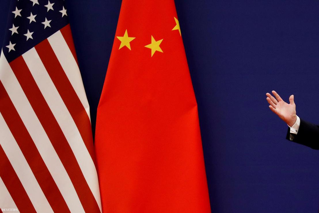 Trump beszédet mond a kínai és amerikai zászló mellett Pekingben 2018.09.12-én