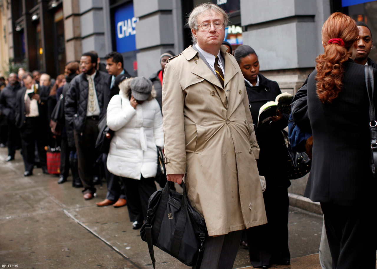 A válság az amerikai Eric Lipps életét is jelentősen megváltoztatta. Lipps a közszférában dolgozott, mielőtt egy - azóta szinten elhíresült - Reuters-fotó készült róla. A fotón a férfi egy hosszú sorban áll, és arra vár hogy a potenciális munkaadóival találkozzon. A kép valamikor 2009 utolsó hónapjaiban készült egy New York-i állásbörzén. Ekkoriban az Egyesült Államokban a munkanélküliségi ráta 10 százalék körül volt, amire az 1980-es évek óta nem volt példa.  A fotón jól látszik Lipps arckifejezésén az a fajta elkeseredettség, amit ekkoriban amerikaiak milliói érezhettek.