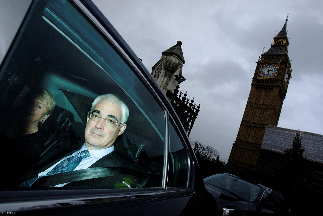 """Alistair Darling 10 évvel ezelőtt az Egyesült Királyság pénzügyminisztere volt. Darling már a Lehman csődje előtt nagyon pesszimista volt: úgy látta, hogy gazdasági katasztrófa közeleg, de sok közgazdász és politikus kételkedett a szavaiban. """"De én láttam, hogy a pénzügyi rendszer nem fog elbírni egy ekkora terhelést"""" - mondta. Darling szerint - aki munkáspárti színekben jelenleg a parlament felsőházában képviselő - a válság közvetlen hatásainál még jóval nagyobb kárt okozott, hogy 2010-ben a frissen megválasztott konzervatív kormány azt a célt tűzte ki, hogy öt éven belül eltűntesse az ország költségvetésének hiányát."""