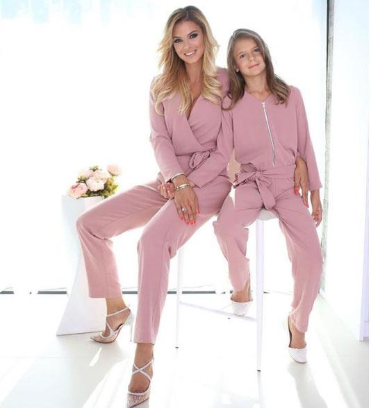 Sarka Kata és lánya, Noémi imádnak összeöltözni. Legutóbb ebben a csinos, rózsaszín szettben fotózkodtak együtt.