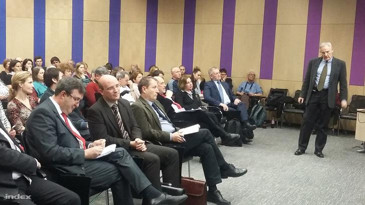 Kertesi Gábor, a Közgazdaságtudományi Intézet tudományos tanácsadójának előadása a Stádium 28 vitáján. Az első sorokban a bal oldalon Palkovics László