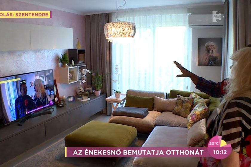 Csepregi Éva lakásának egyik központi helye a nappali - imádjuk, hogy mennyire modern stílusú, mégis észrevehető rajta az énekesnő bohém, vidám stílusa.