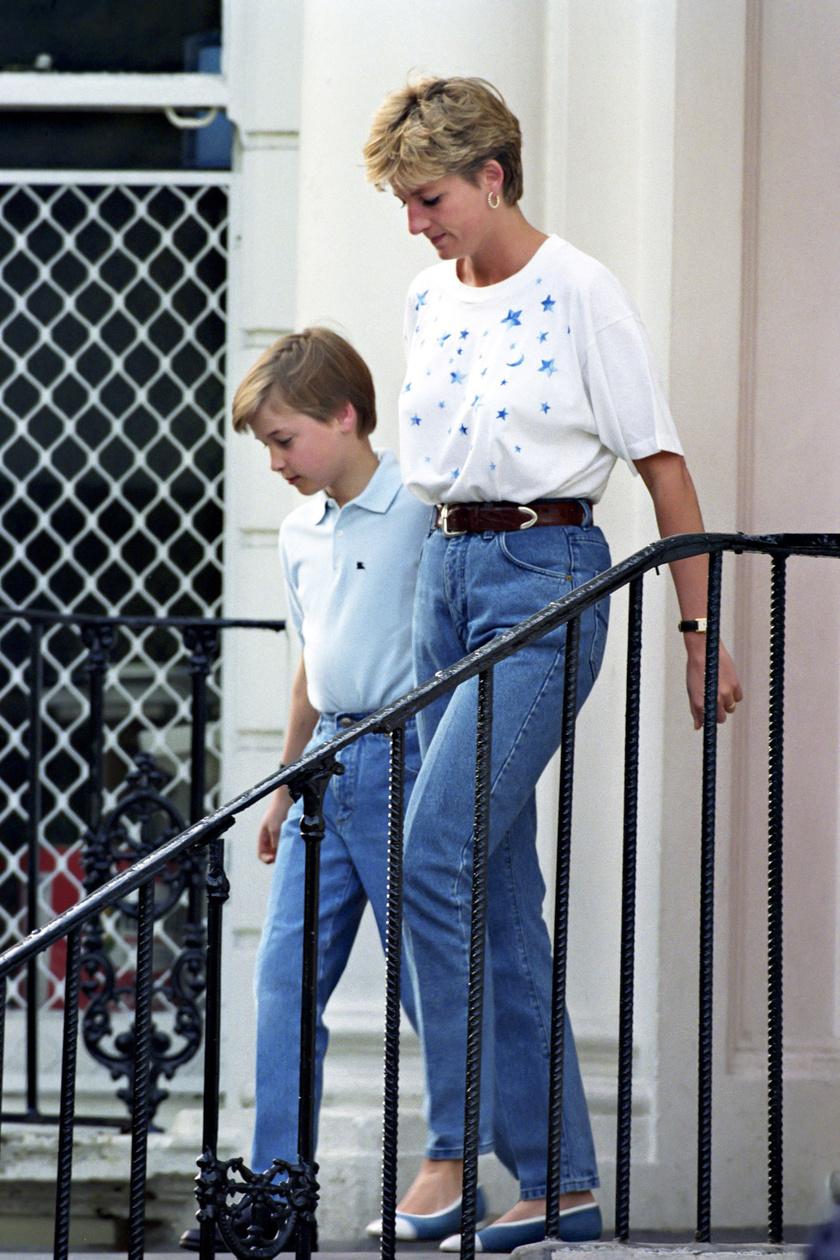 Diana hercegnő egyébként is nádszálvékony volt, de tudta, hogy kell még karcsúbbá tenni a derekát. A magas derekú farmerba tűrt bő póló és az öv kiemeli csodás alakját. Itt épp Vilmost kíséri az iskolába.