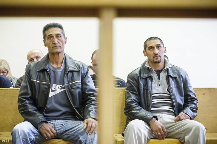 Idősebb (b) és ifjabb Burka Ferenc az ellenük emberölés bűntette miatt indult büntetőper tárgyalásán a Debreceni Törvényszék tárgyalótermében 2014. január 28-án.