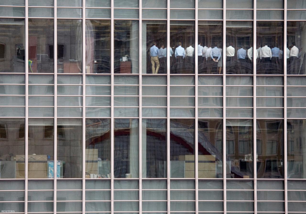 """20 bankár támasztja a Lehman Brothers londoni irodájának ablakát miközben egy válságtanácskozáson vesznek részt 2008 szeptember 11-én. Az erről készült fotó a globális gazdasági válság egyik szimbólumaként vált híressé az azóta eltelt 10 évben. Gwion Moore, a Reuters munkatársa által lefotózott alkalmazottak egyikének visszaemlékezése alapján az irodában aznap olyan volt a hangulat, mint egy fesztiválon: """"Nem dolgoztunk már egyáltalán, de azért mindenki bejött az irodába, és leginkább csak beszélgettünk"""" - mondta Moore, aki azt is felidézte, hogy miközben a Lehman Brothers részvényei éppen zuhanásban voltak, a főnökök azzal nyugtatgatták őket, hogy minden rendben lesz."""
