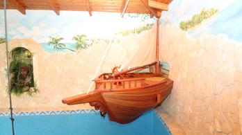 Fantasztikus, tematikus kalózmedencét árulnak egy családi házzal