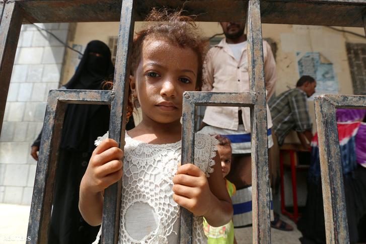 Evakuált család Hodeidában