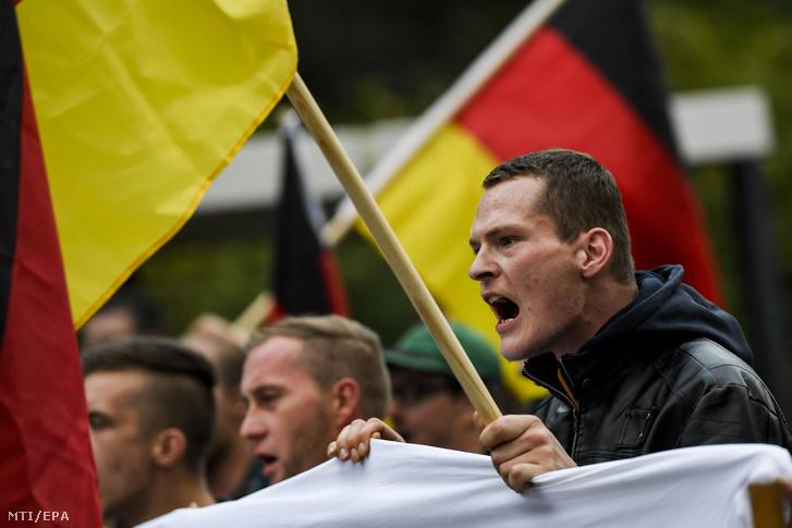 Késeléses gyilkosság miatt tiltakoznak tüntetők Chemnitzben 2018. szeptember 7-én.