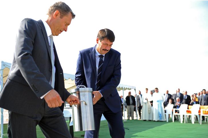 Áder János köztársasági elnök és Haidegger Ákos a csornai beruházást végrehajtó EcoSolifer Kft. ügyvezető igazgatója a mintegy 15 milliárd forintos beruházással épülő csornai napelemgyár alapkövének lerakásán 2014. szeptember 20-án.