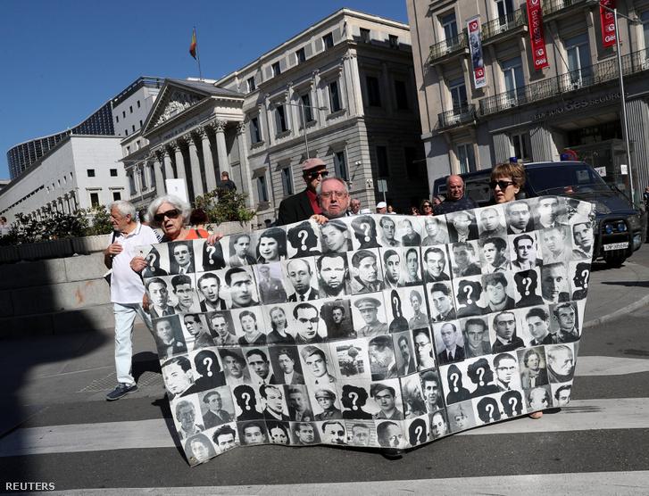 Demonstráló az áldozatok tablójával a parlamenti szavazás előtt.