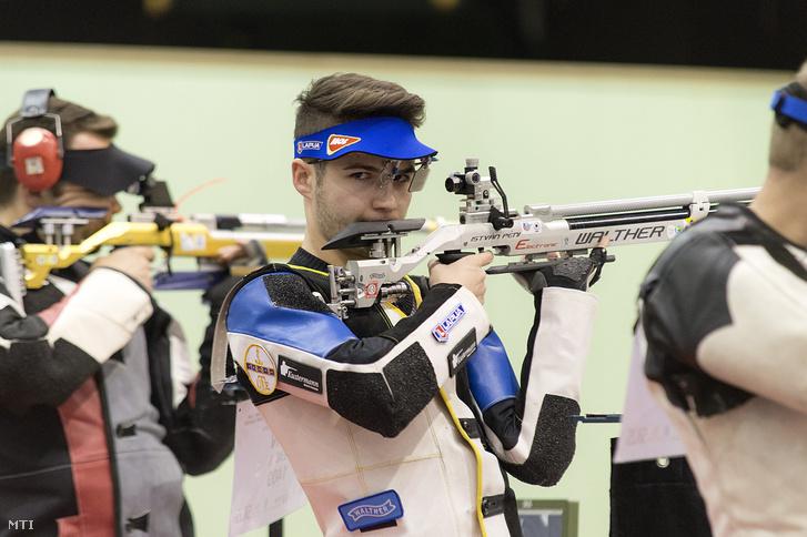 Péni István a légfegyveres Európa-bajnokság férfi puskacsapat versenyének negyeddöntőjében a győri Audi Arénában 2018. február 25-én.