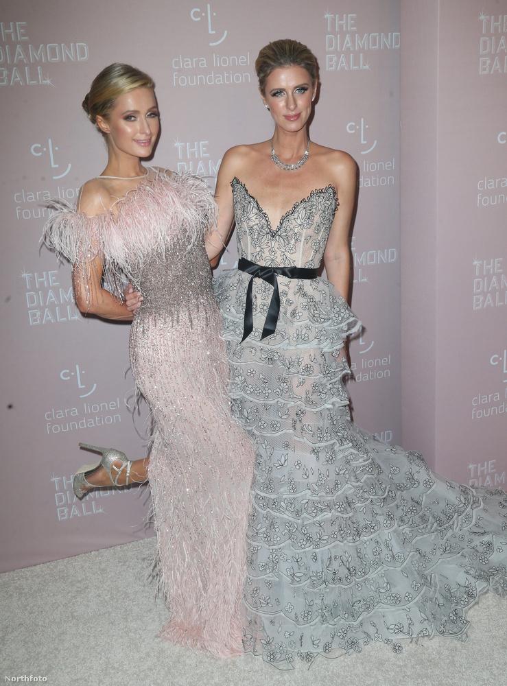 Melyik az igazi, és melyik a bábú?Egyébként, ha már szóba került Paris Hilton és a viasz, arra emlékszik, hogy az örökösnő 2005-ben pont egy Viasztestek című filmben szerepelt? Mekkora hoppácska, mi?