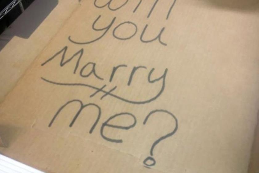 - Nem terveztem lánykérést, de a pizzafutár megoldotta helyettem - pedig csak egy kedves üzenetet kértem a barátnőmnek - írta a fotóhoz a kép megosztója.