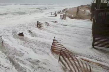 Avon, Észak-Karolina: Florence elérte a partokat, de hiába lassult le 200-ről 150 kilométerre a hurrikán nal hozott szél sebessége, így pusztító az ereje.