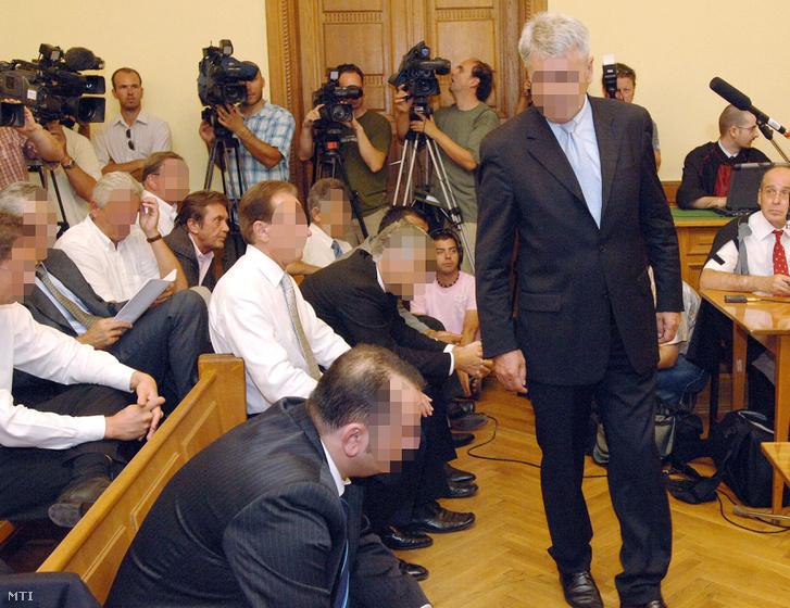 Kerék Csaba a helyére megy miután beszélt az utolsó szó jogán a Fővárosi Bíróságon a Kulcsár-ügy tárgyalásán 2008. augusztus 22-én.