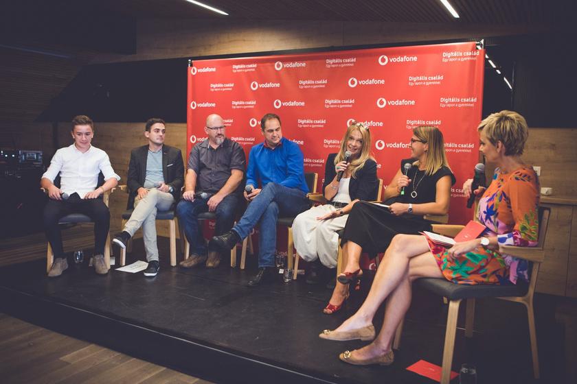 A képen balról jobbra: Trunk Tomi (Dablty), fiatal influencer, speaker; Fegyverneki Gergő, digitálispedagógia-szakértő; Dr. Lénárd András, az ELTE Digitális Pedagógia Tanszék vezetője; Steigervald Krisztián, generációkutató; Tari Annamária, klinikai pszichológus, pszichoterapeuta; Carra Anita, a Vodafone Magyarország Lakossági szolgáltatások üzletág vezérigazgató-helyettese; Jakupcsek Gabriella, műsorvezető.