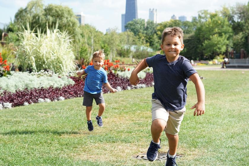 gyerek játszik játék szabadban (2)