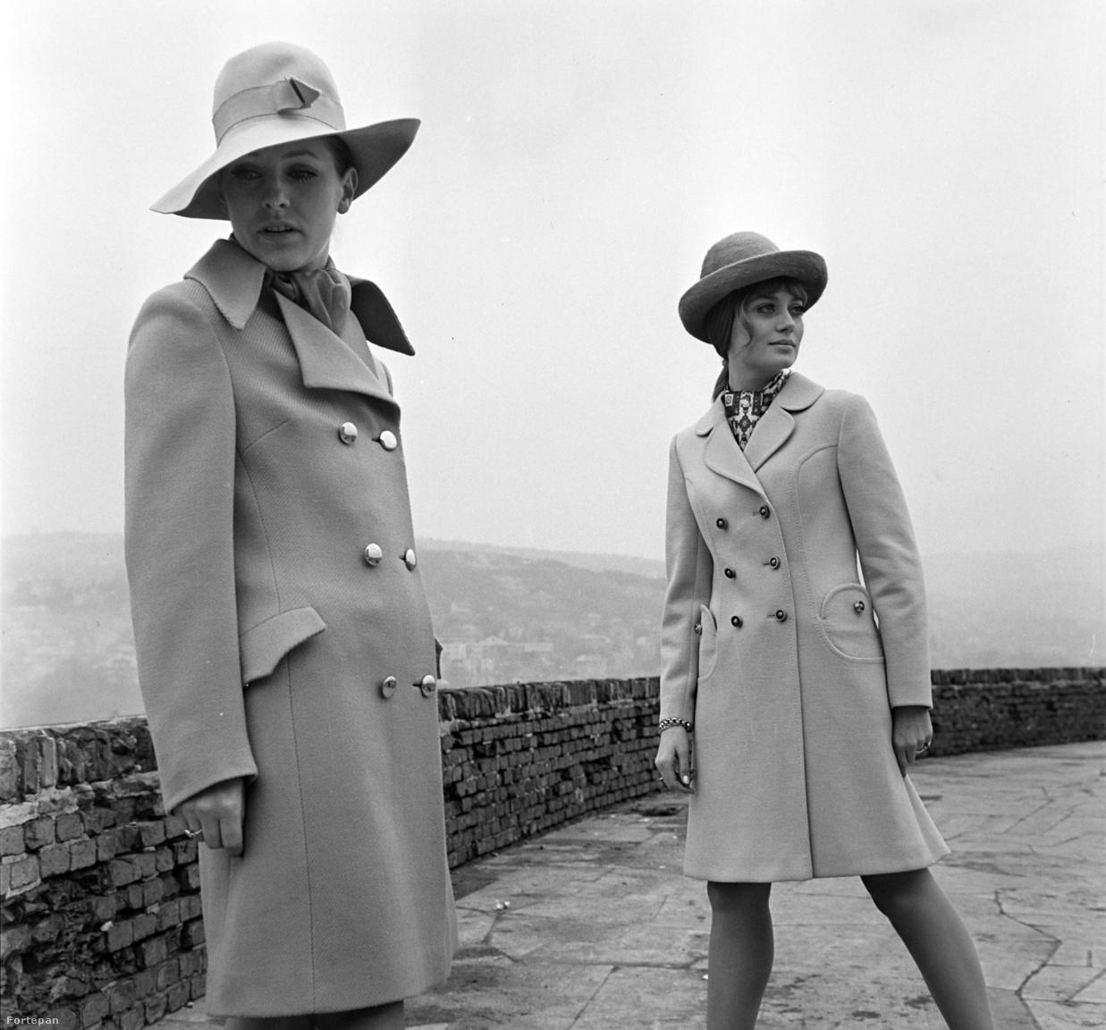 1970, Budai vár, Tóth Árpád sétány, Veli bej rondella. Jobbra, a Schmidt Bea manökenen látható kabát elég stílusos, de a baloldalival ma már nem próbálkoznánk.