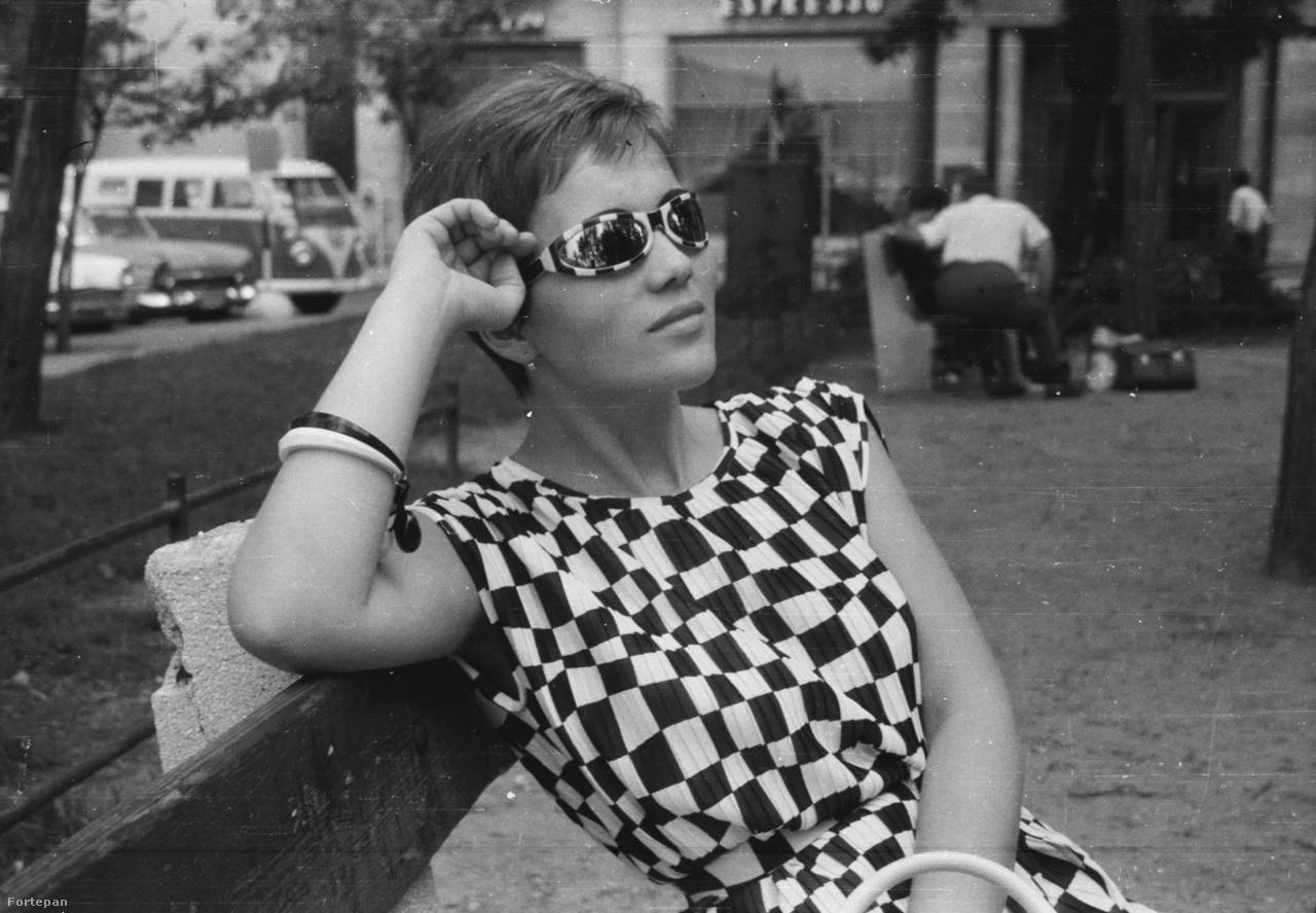 1963, Budapest, V. kerület, Petőfi tér, háttérben a Régi posta utca sarkán álló ház.                         A kockás napszemüveg Vokswagen márkájú, Op art típus.