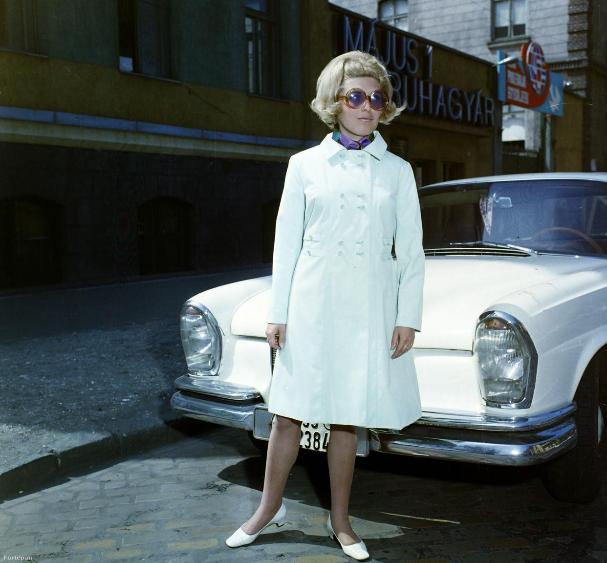 1966, Budapest, VIII kerület. Elnök utca 1., Május 1 ruhagyár előtt. Erre azért nem mondanánk, hogy jól néz ki, kár, hogy kitakarja a Mercedes logót.